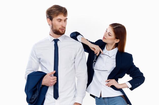 Мужчина и женщина в офисах финансовых менеджеров костюмов