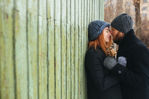 Мужчина и женщина в ласковых объятиях