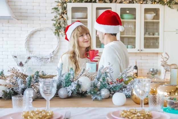 Мужчина и женщина на кухне новогоднее фото