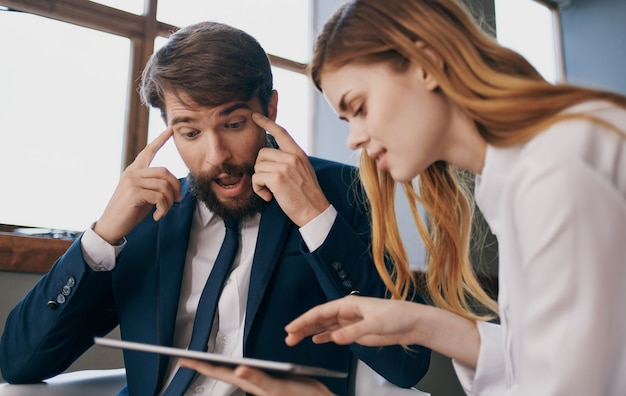 남자와 여자 사무실 태블릿 직장 동료 전문가 작업