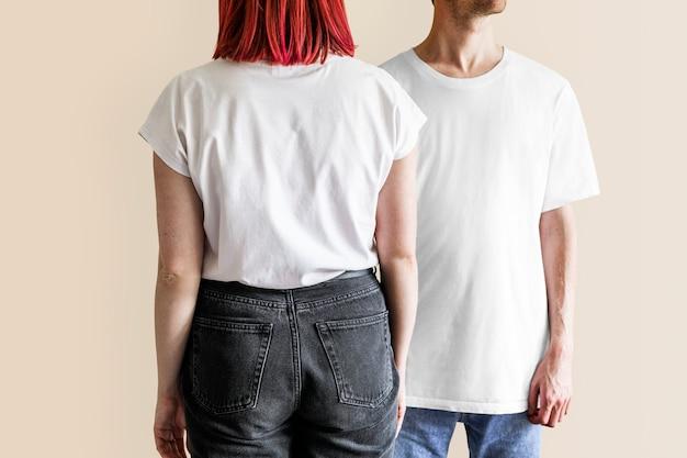 白いtシャツジーンズの男と女