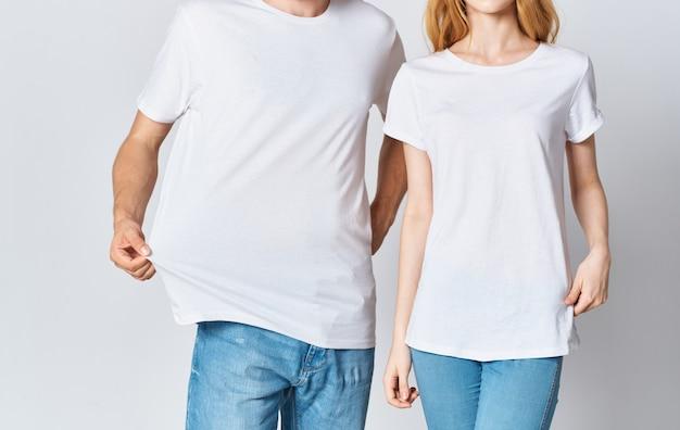 흰색 t- 셔츠와 청바지 유행 스타일 옷 남자와 여자. 고품질 사진