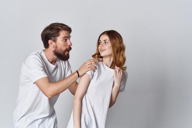スタジオデザインを宣伝する白いtシャツの男と女