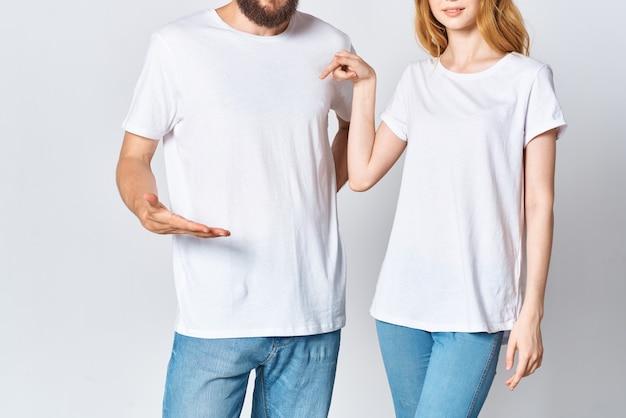 白いtシャツを着た男性と女性がモーションキャプチャの広告を表示します