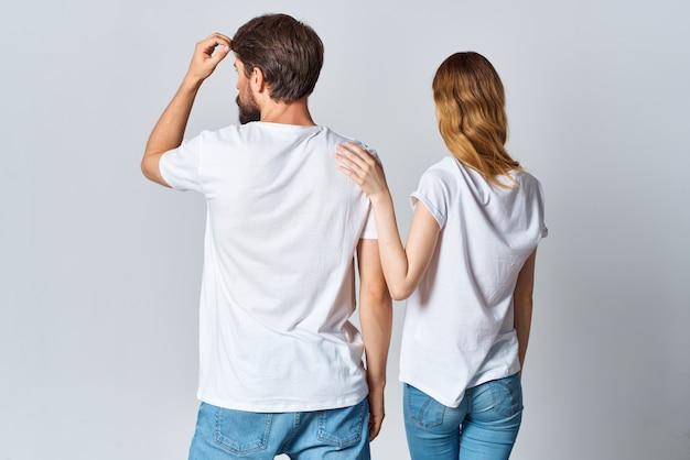 白いtシャツの男性と女性のデザインスタジオの背面図モーションキャプチャ