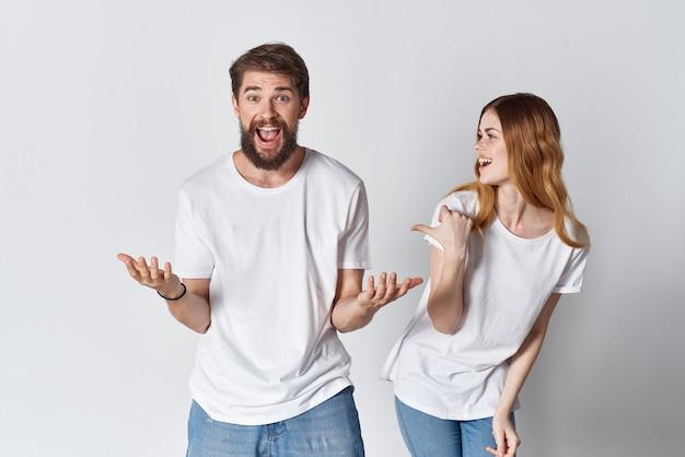 남자와 여자 흰색 티셔츠 감정 재미 스튜디오 이랑