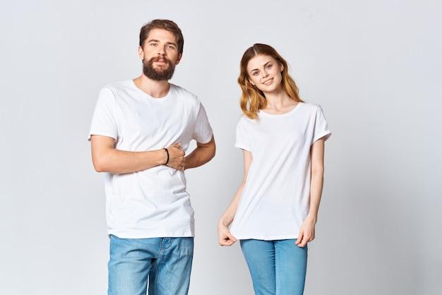 白いtシャツの男性と女性のファッションデザインのモックアップスタジオ