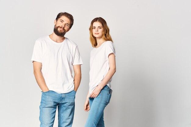 흰색 티셔츠 패션 디자인 이랑 스튜디오에서 남자와 여자