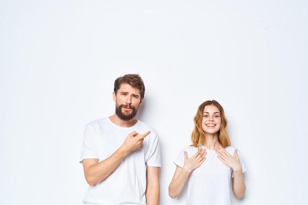 흰색 티셔츠 패션 포즈를 취하는 남자와 여자