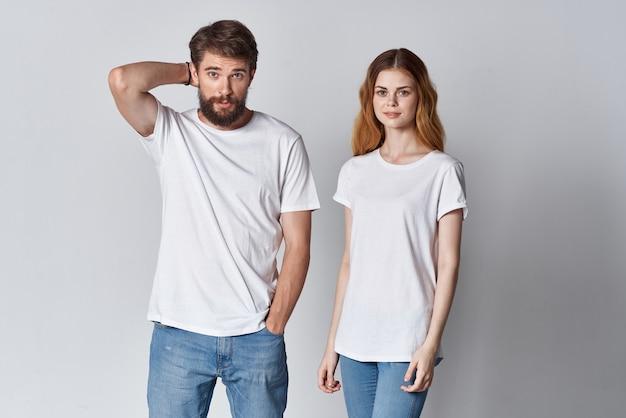 一緒にファッションをポーズする白いtシャツの男性と女性のコミュニケーション
