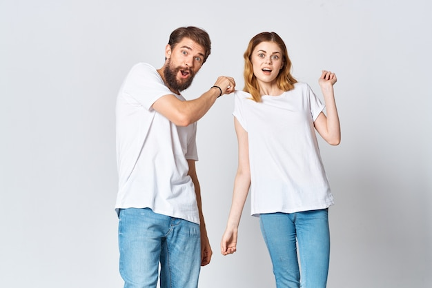 白いtシャツスタジオファッションポーズの男と女
