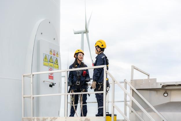 風力タービンの検査技師の準備と進捗チェックの男女