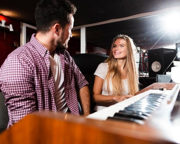 Мужчина и женщина смотрят друг на друга в студии