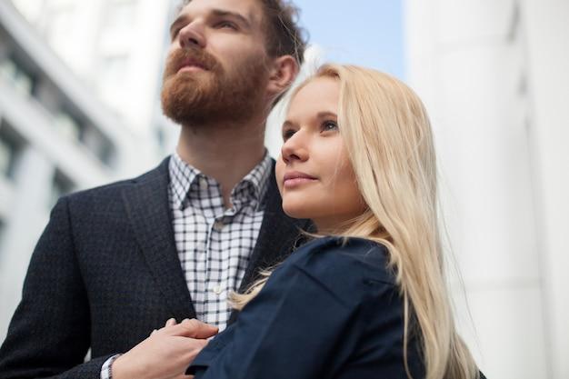 Мужчина и женщина смотрят вдаль
