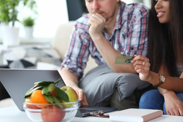 男性と女性はインターネットを介してオンライン購入を行います