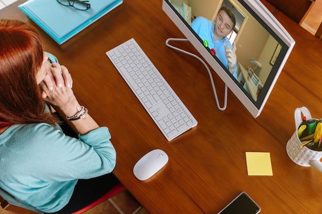 Мужчина и женщина делают видеозвонок из дома во время удаленной работы
