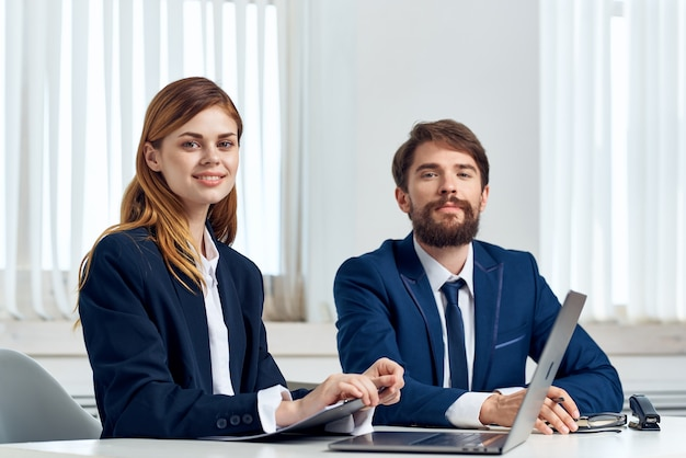 노트북 사무실 기술 앞에서 테이블에서 이야기하는 남녀 관리자