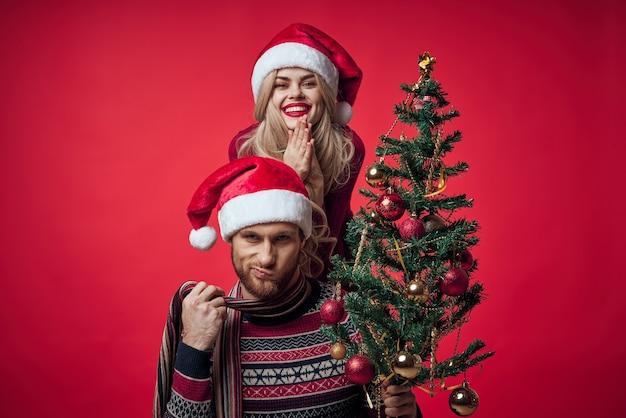 Мужчина и женщина новогодняя елка украшение семейный праздник