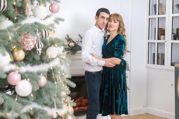 クリスマスの背景に男と女。セレクティブフォーカス。ホリデー。