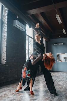 남자와 여자 ballrom 댄스 교육 클래스에서. 스튜디오에서 전문 쌍 춤에 여성 및 남성 파트너