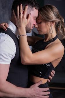 Мужчина и женщина страстно обнимают друг друга