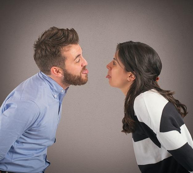 遊ぶ男と女はしかめっ面にされる