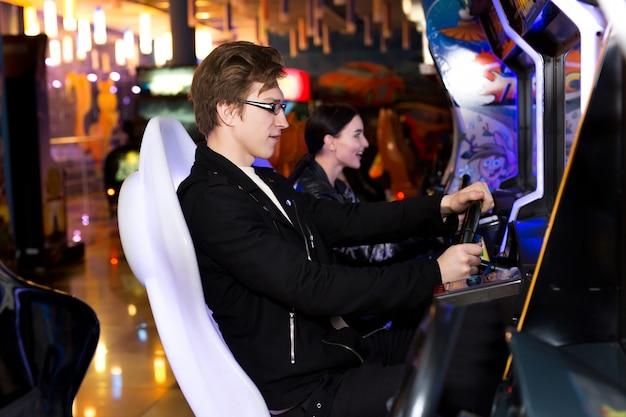 Мужчина и женщина играют на игровых автоматах