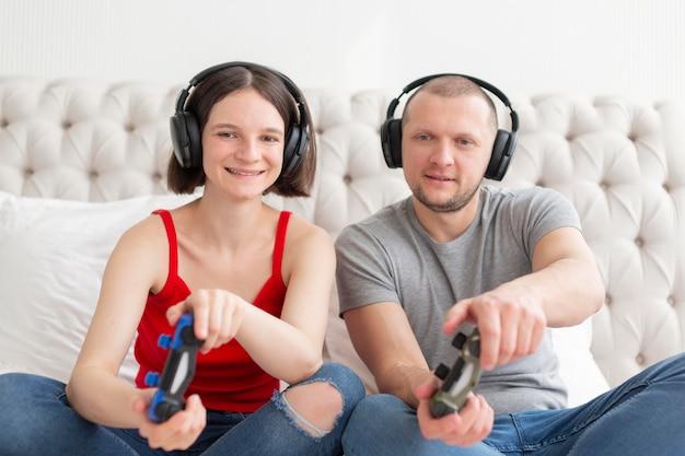 ビデオゲームをプレイする男性と女性