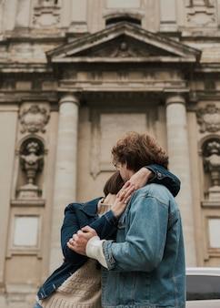 抱きしめてポーズをとる男女