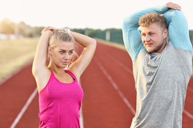 Мужчина и женщина, мчащиеся на открытом треке
