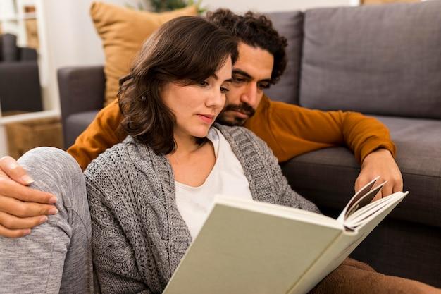 一緒に読んでいる男性と女性