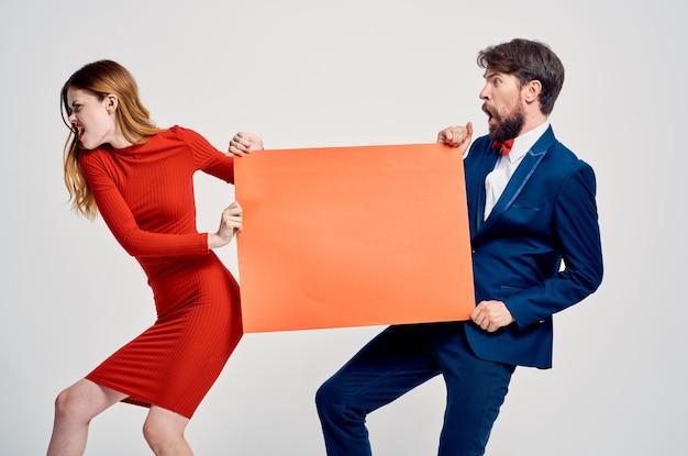 男と女の赤いモックアップポスタープレゼンテーション広告スタジオ