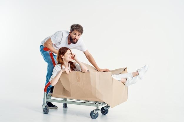 남자와 여자는 카트 엔터테인먼트 밝은 배경을 타고. 고품질 사진