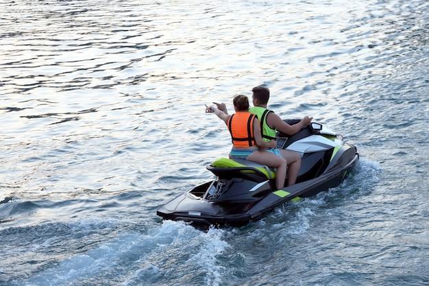 남자와 여자는 수상 스쿠터를 타고