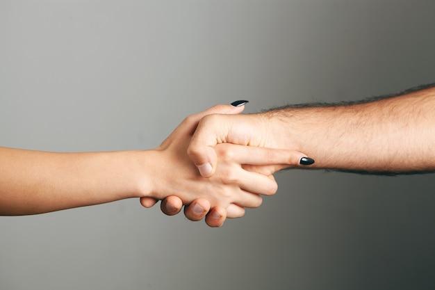 男と女が握手