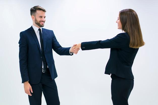 Мужчина и женщина, рукопожатие