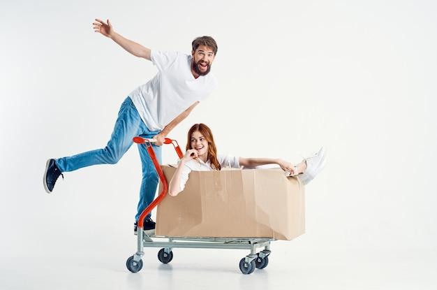 상자 격리 된 배경에서 남자와 여자 운송 운송