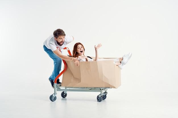 상자 밝은 배경에서 남자와 여자 운송 운송