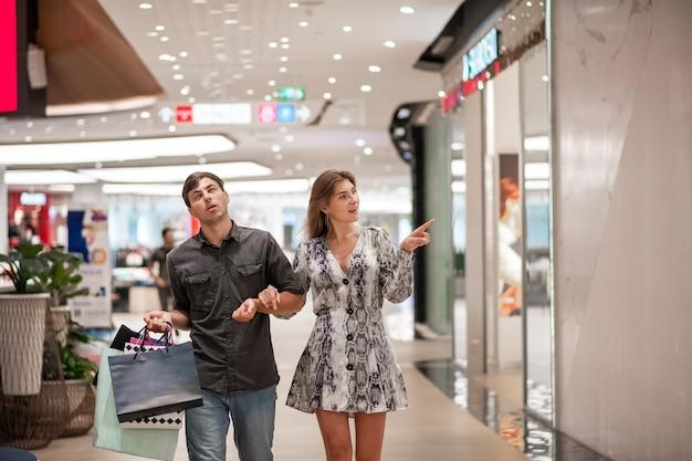 ショッピングモールで買い物をする男女