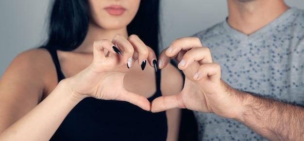 男と女は両手で心を示す