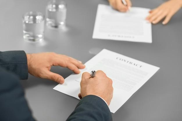 남자와 여자는 계약에 서명합니다. 인터뷰 결과입니다. 서기의 새로운 직책. 비서가 일자리를 신청합니다.