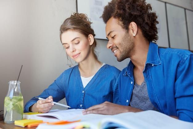 Мужчина и женщина сидят в кафе и учатся