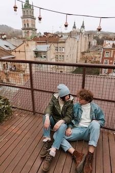 Мужчина и женщина, сидящие на крыше