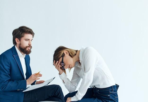 ソファコミュニケーション作業専門家チームに座っている男性と女性