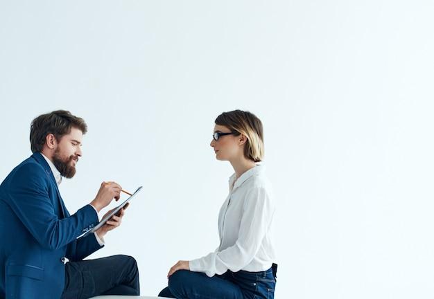 Мужчина и женщина, сидя на диване, общаются, работают команда профессионалов