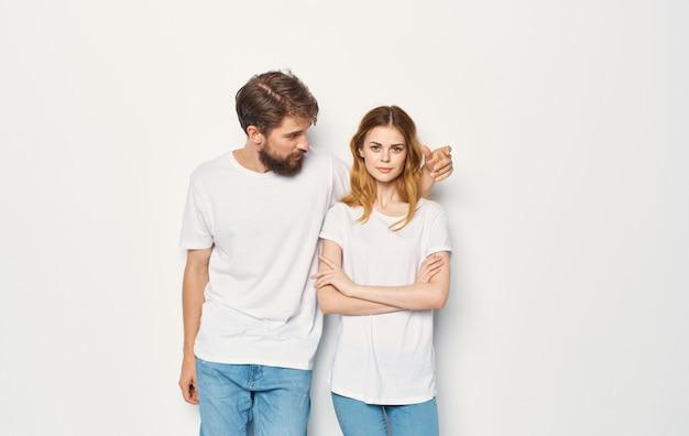 男性と女性は、tシャツの家族のカジュアルウェアのライフスタイルの隣に立っています。