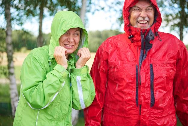 Мужчина и женщина, стоящие под дождем
