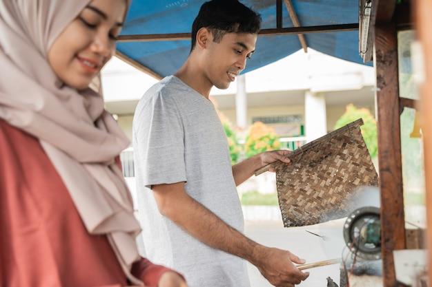 男性と女性の屋台の食べ物の売り手