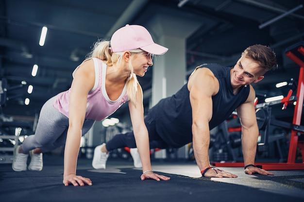 男性と女性はフィットネストレーニングで手を強化します。