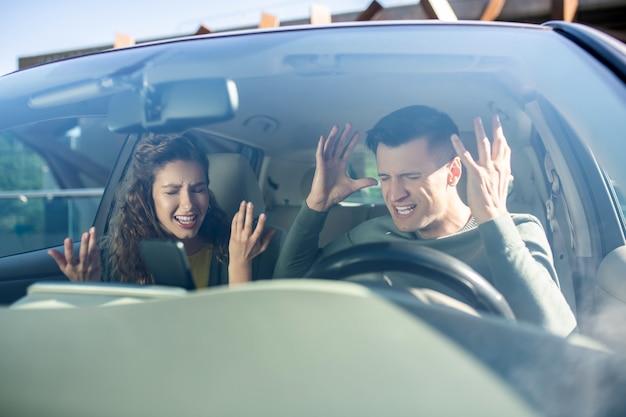 Мужчина и женщина ругаются в машине